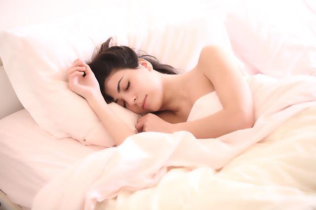 Durante este largo periodo de confinamiento debido al COVID-19, en las conversaciones entre amigos y familiares empieza a hablarse de un fenómeno que, en mayor o menor medida, nos está afectando a todos. ¿Qué nos está ocurriendo durante el sueño?