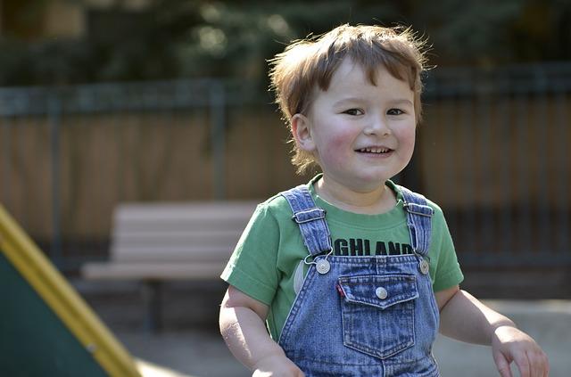 Al comenzar en la guardería o el colegio el niño con autismo no suele mostrar ningún interés por el resto de los niños