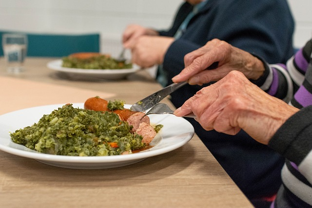 Con este artículo pretendemos a través de una serie de pautas a seguir, que aprendas a alimentar de una manera adecuada a las personas que sufren la enfermedad de alzheimer. Consejos que podrás llevar a cabo en la hora de las comidas