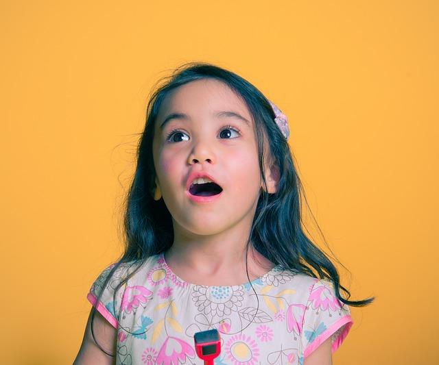 La dislalia básicamente son dificultades de articulación que comienzan a presentarse en los niños en el habla debido a problemas de sustitución o distorsión de unos fonemas (sonidos) por otros