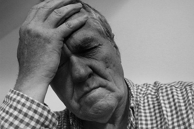 los cambios emocionales y de conducta. Estas alteraciones afectan en gran medida tanto al paciente como a los familiares.