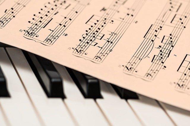 A pesar de haber perdido muchos de sus recuerdos, las emociones y la memoria musical perduran. Son áreas que al alzheimer les cuesta terminar con ellas. Son como dijimos anteriormente, las últimas áreas con las que acaba esta enfermedad.
