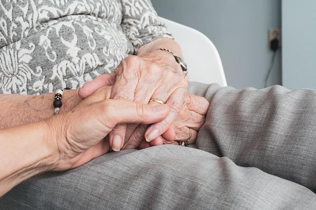 Les dejamos una serie de sencillas pautas sobre como debenhablar y comunicarselos cuidadores de un paciente de alzheimer, siendo la comunicación no verbal fundamenta